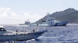 一艘台湾渔船7月4日在钓鱼岛与日本海上巡逻艇对峙