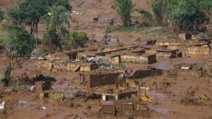 Imagem aérea do distrito de Bento Rodrigues destruído pela onda de lama.