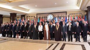 Photo de groupe avec les chefs de la diplomatie des pays présents lors de la conférence internationale sur la reconstruction de l'Irak, à Bayan au Koweït, le 13 février 2018.