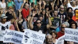 """Os """"indignados"""" espanhóis querem participar da decisão de reformar a Constituição."""