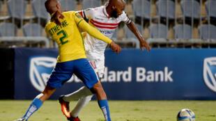 Duel entre le Sud-Africain Thabo Nthethe du Mamelodi Sundowns (gauche) et l'Égyptien Shikabala du Zamalek (droite) lors de la victoire du Mamelodi Sundowns sur le terrain du Zamalek, 2-1, en phase de groupes de la Ligue des Champions.