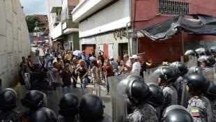 Atitude da polícia da Venezuela durante protestos é alvo de críticas.
