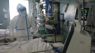 Pessoal médico de bloco intensivo de hospital Jinyintan em Wuhan, berço do coronavírus na China