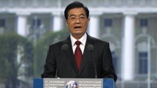 Китайский президент Ху Цзиньтао выступает с приветственной речью на экономическом форуме в Санкт-Петербурге 17/06/2011