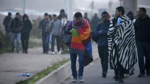Des réfugiés partant du camp de Calais, le 25 octobre 2016.