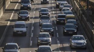 L'Allemagne a voté dans la nuit de dimanche à lundi une hausse de la taxe carbone. Les automobilistes allemands devront payer 7 à 8 centimes par litre de plus à la pompe.
