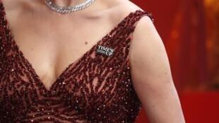 Значок Time's Up на корсаже Санни Озелл, супруги актера Патрика Стюарта