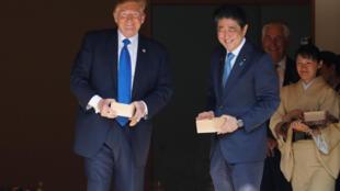 Tổng thống Mỹ  Donald Trump (T) và thủ tướng Nhật Shinzo Abe lúc thư giản trước buổi ăn làm việc. Ảnh tại dinh Akasaka, Tokyo, ngày 6/11/2017.