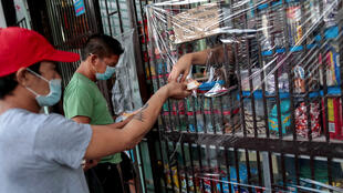 疫情中 菲律賓首都馬尼拉購買商品的民眾資料圖片