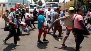 Lors du passage de la caravane des migrants d'Amérique centrale dans les rues de Mexico, le 9 avril 2018.