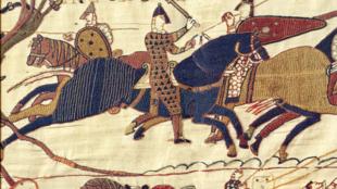 Одо, епископ Байе, во время битвы при Гастингсе. Фрагмент ковра из Байе. 1066 г.