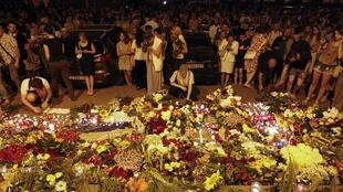 Ukrainians leave candles and flowers at the Dutch embassy in Kiev for victims of Malaysia Airlines MH17