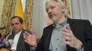 Julian Asange (phải) phát biểu trong cuộc họp báo tại Đại sứ quan Ecuador tại Luân Đôn ngày 18/8/2014. Ngồi bên cạnh ông là Ngoại trưởng Ecuador, Ricardo Patino.