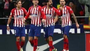 Diego Costa de l'Atletico Madrid célèbre son premier but avec ses coéquipiers contre Barcelone, le 24 novembre 2018.