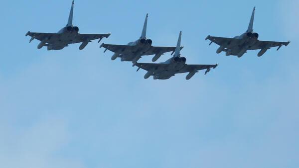 Um avião militar caiu nesta quinta-feira (12) na Espanha após ter participado das manobras aéreas do feriado nacional em Madri.
