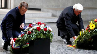 Президент ФРГ Франк-Вальтер Штайнмайер и президент Франции Эммануэль Макрон возложили венки у мемориала «Новая вахта» на Унтер-ден-Линден