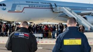 Des ressortissants français rapatriés de Wuhan, en Chine, en raison de l'épidémie de coronavirus, descendent de l'avion à la base aérienne d'Istres le 31 janvier 2020