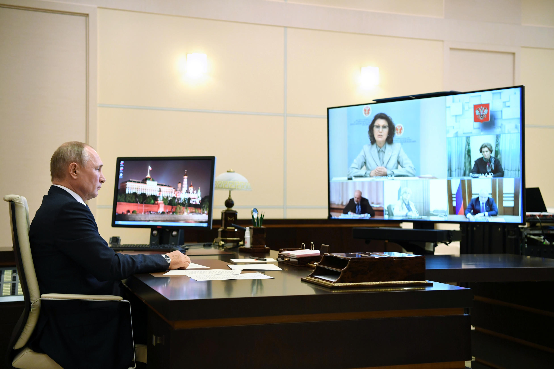 Владимир Путин проводит видеоконференцию, в ходе которой называется дата голосования за поправки в Конституцию (1 июля).