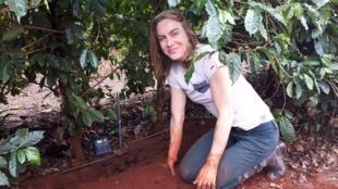 A agrônoma Daniela Jerszurki implementa um sensor Sciroot no Brasil