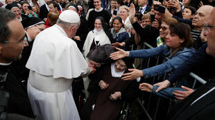 Le pape François salue les fidèles alors qu'il arrive pour célébrer la messe à Sofia, le 5 mai 2019.