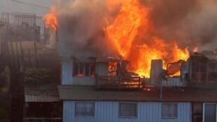 Una casa arde en Valparaíso, el 24 de diciembre de 2019.