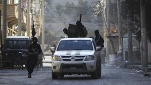 Membros do grupo rebelde Jabat al-Nosra, em Deir Ezzor