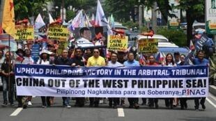 Người Philippines biểu tình trước lãnh sự quán Trung Quốc tại Manila ngày 13/07/2019 để phản đối Bắc Kinh lấn chiếm biển đảo của Philippines