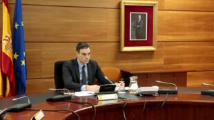 Le Premier ministre espagnol Pedro Sanchez préside une réunion de cabinet par vidéoconférence, le 29 mars 2020 à Madrid.