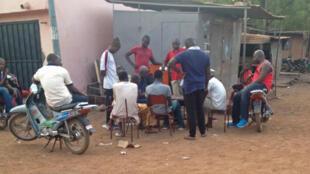 Au Mali on trouve souvent des personnes rassemblées autour d'un thé et cette pratique s'appelle le «Grin» que l'on trouve partout dans le Sahel.