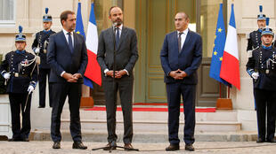 Christophe Castaner (E), ministro do Interior francês, ao lado do primeiro-ministro Edward Philippe (C) e de Laurent Nuñez, secretário de Estado do Interior (D).