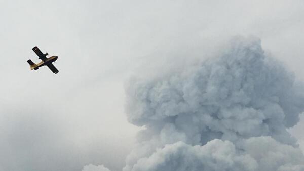 Le nuage de fumée est très bas, ce qui ne permet pas aux hélicoptères et aux avions anti-incendie de travailler efficacement, à Pedrogao Grande, le 18 juin 2017.