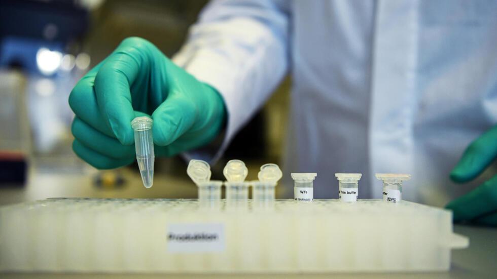 Un agente del laboratorio farmacéutico alemán CureVac muestra el trabajo de investigación en torno a una vacuna, el 12 de marzo de 2020.