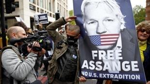 A l'extérieur du tribunal de Westminster à Londres, une cinquantaine de partisans de WikiLeaks se sont rassemblés avec des banderoles réclamant la liberté d'Assange.