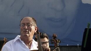 An Israeli musician waits for the beginning of a concert for captive soldier Gilad Shalit, 5 July 2010