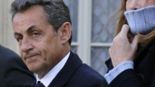 """Чета Саркози перед """"Республиканским маршем"""" на перроне Елисейского дворца 11/01/2015 (архив)"""