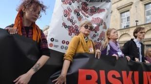 Les manifestants brandissent une «Carte de la pédophilie de l'Église en Pologne» présentant 255 cas documentés de violences sexuelles sur des mineurs par des prêtres catholiques du pays, lors d'une manifestation à Varsovie, le 7 octobre 2018.