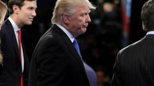 Ảnh minh họa: Jared Kushner (T) và tổng thống Donald Trump (G) và con trai tổng thống. Ảnh chụp hồi tháng 09/2016