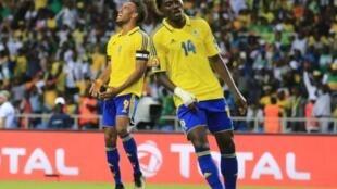 La déception de Pierre-Emerick Aubameyang (g) et de Serge Kevyn (d) face au score final de 1-1 face au Burkina Faso.