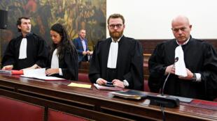 Os advogados de Abdeslam, Sven Mary e Romain Delcoigne, na corte em Bruxelas antes do anúncio do veredito, el 23 de abril de 2018