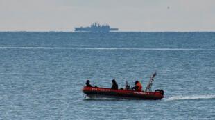 Barco de buscas perto do local do acidente com um avião militar no Mar Negro.