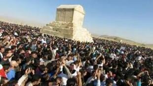 گردهمائی ایرانیان در پاسارگاد برای بزرگداشت کوروش – ٧ آبان ١٣٩۵