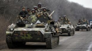 A Ucrânia começa a retirar armas pesadas do leste