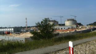 Le terminal de gaz naturel liquéfié de Świnoujście, en Pologne, ici lors de sa construction en 2013.