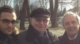 Один из последних ныне живущих узников Освенцима (на фотографии — в центре)