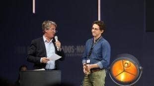 Sami Boukhelifa (à droite), journaliste à RFI, reçoit le prix radio du Prix Bayeux Calvados-Normandie, le 12 octobre 2019.