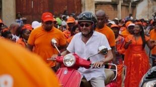 Naina Andriantsitohaina, a obtenu 48,94% des suffrages.  L'ex-ministre des Affaires Etrangères, candidat présenté par le parti présidentiel, a arpenté les quartiers de la capitale sur son scooter, durant toute la campagne électorale.