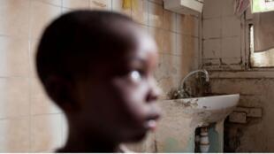 Foto do jornal Le Monde mostra criança em um local insalubre e miserável em Seine Saint-Denis, na periferia de Paris