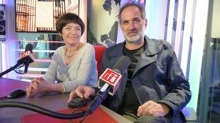 Marcela Gómez y Guillermo Daghero en los estudios de RFI