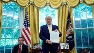 Le président américain Donald Trump annonce un accord commercial partiel avec la Chine en présence du vice-Premier ministre chinois Liu He à la Maison Blanche le 11 octobre 2019, après deux jours de négociations commerciales à Washington.