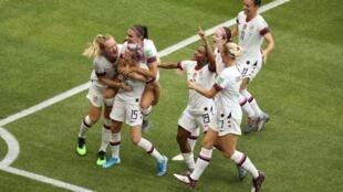 Les joueuses américaines se congratulent : elles sont championnes du monde.